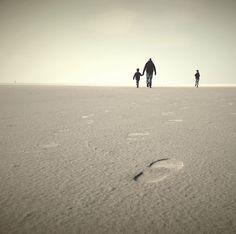 Laag standpunt op t strand..persoon/personen wat verder, liefst met mooie zon (ondergang)