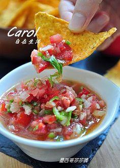 Carol 自在生活 : 墨西哥莎莎醬。salsa 材料: 熟番茄2顆,青辣椒1支,紅辣椒1支,洋蔥1/4顆,蒜頭2瓣, 香菜1小把,檸檬1/2顆,橄欖油1大匙,  調味料: 鹽1/3茶匙,黑胡椒粉1/8茶匙,
