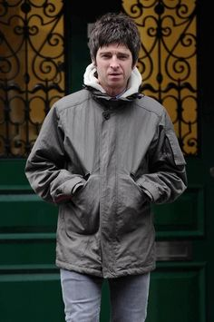 Noel in London Jan British Rock, Great British, Oasis Band, Look Back In Anger, Liam Gallagher, Best Rock, Mod Fashion, Playing Guitar, Musica