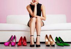 mujer escogiendo tacones