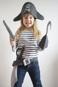 Sew felt pirate dress up kit! Diy Pirate Costume For Kids, Homemade Pirate Costumes, Pirate Kids, Pirate Day, Childrens Pirate Costume, Soirée Halloween, Pirate Halloween Costumes, Dress Up Costumes, Diy Costumes