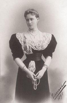 1895 Ella wearing a dress with an irregular lace bertha APFxkatmaxoz 2Jan10 mod