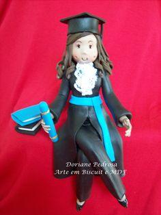 Linda sugestão para decorar seu bolo de formatura, delicada bonequinha em biscuit. Visitem nossa loja virtual
