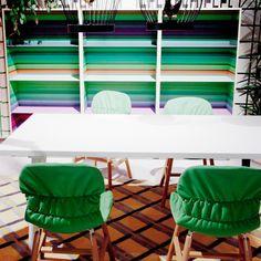 Libreria Color Fall da terra, stampa multicolor interna e struttura in legno di frassino. Scoprila su vendoarredo.com