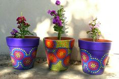 Alelíes. Violet. Green. Macetas pintadas a mano. Facebook: A'cha Pots Terracotta Plant Pots, Painted Plant Pots, Painted Flower Pots, Ceramic Flower Pots, Painted Cups, Painted Rocks, Hand Painted, Rainbow Painting, Dot Painting