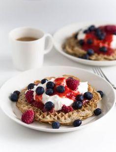 Banaanivohvelit rahkavaahdolla ja marjoilla Pancake Bar, Yummy Treats, Yummy Food, Just Eat It, Food Goals, No Bake Desserts, Let Them Eat Cake, I Love Food, Food Inspiration