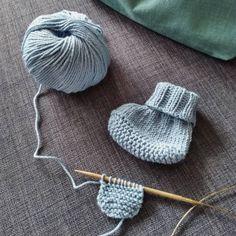 Easy Knitting, Knitting For Beginners, Knitting Socks, Knitted Hats, Baby Knitting Patterns, Baby Slippers, Baby Socks, Diy Bebe, Knit Baby Booties