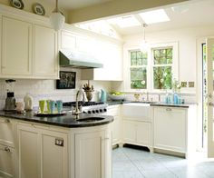 U-shape Cottage-style kitchen featuring green stone counters and creamy white cabinets, white apron sink (at U corner), oval prep sink, and Viking Range (green!). | CarolCampeloFestugato: Inspiração: Cozinhas e Áreas de Serviço