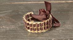 Al je lege blikjes komen altijd goed van pas! Dit is het toffe armbandje van de lipjes van die blikjes. Bekijk de tutorial: http://www.eo.nl/tv/hip-voor-nop/item/artikel/tutorial-lipjesarmband