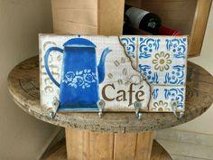 Porta xícaras em madeira de pallet,pintado á mão.Contém 4 ganchos de metal.Medindo 27x14x2.Útil e decorativo para sua cozinha ou seu cantinho do café.