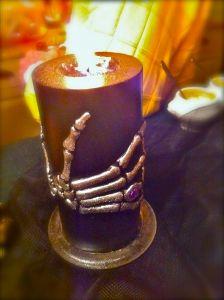 la mano que sujeta la vela