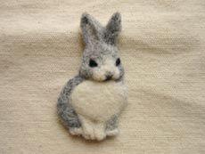 羊毛フェルトで作るうさぎのブローチ Needle Felted Animals, Needle Felting, Sock Animals, Cute Animals, Felt Bunny, Bunny Face, Felt Brooch, Fun Crafts For Kids, Felt Hearts