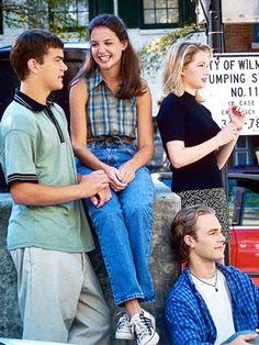 """Selon Naomi Klein, dans son livre """"No Logo"""" (ed. Babel, p.83), cette série est fortement influencée, voire contrôlée, par la marque de vêtements """"J. Crew"""". Les acteurs étaient habillés par la marque, des répliques citaient son nom et la troupe fit la couverture du catalogue """"J. Crew"""" de janvier 1998."""