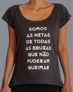 """Camiseta com a frase """"Somos as Netas de todas as Bruxas que não puderam queimar - Heroicas  #mulheres #bruxas #feminismo Comprar: http://www.heroicas.com.br/pd-18b349-camiseta-netas-de-bruxas-grafite.html"""