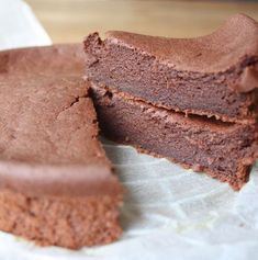 Recipe for a chocolate cake that uses applesauce to purify the kilos .- Rezept für eine Schokotarte, die dank Apfelmus die Kilos purzeln lässt Lose weight with bread and cake: This chocolate card makes the kilos tumble Chocolate Card, Homemade Chocolate, Food Cakes, Fall Desserts, Low Carb Desserts, Low Calorie Cake, Healthy Desserts, Wallpaper Food, Law Carb