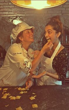 Husband shares this happy photo of when she was learning how to make Italian food. Now that's a mood we relate to! Dipika Padukone, Classically Trained, Happy Photos, Ranveer Singh, Queen Of Hearts, Bollywood, Hipster, Husband, Actresses