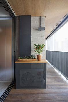 Painel metálico perfurado para esconder condensadora. Apartamento com partições,© Gui Morelli