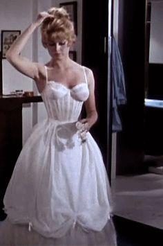 Vintage Beauty in Motion — Brigitte Bardot and the figure that made her. Brigitte Bardot, Bridget Bardot, Glamour Hollywoodien, Hollywood Glamour, Old Hollywood, Vintage Beauty, Vintage Fashion, 90s Fashion, Fashion Dresses