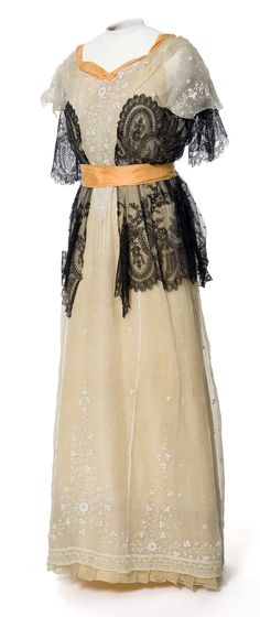 Evening dress ca. 1900-09. Silk taffeta and linen lace. Photo: Jean Tholance. Les Arts Décoratifs via Europeana Fashion