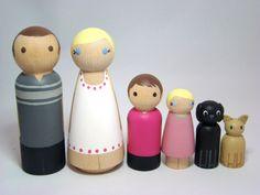 Custom Peg Doll Family of 6 Hand Painted Dolls Family por Pegged