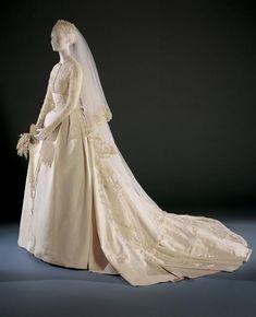Exposée au musée de Philadelphie, la robe de mariée de Grace Kelly, princesse de Monaco depuis le 19 avril 1956, est devenue une robe icônique. Dessinée par Helen Rose, l'une des plus célèbres couturières de la Metro Goldwyn Mayer, il s'agit d'une robe en tulle de soie garnie de dentelle et de milliers de petites perles. Une traîne de quatre mètres parachevait l'ensemble. Une maison new-yorkaise avait confectionné les chaussures.