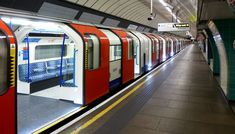London Underground Victoria Line train at Brixton. London Underground Tube, London Underground Stations, London Transport, Public Transport, New York Travel, London Travel, U Bahn, Things To Do In London, Travel Oklahoma
