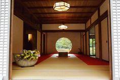 朝から江ノ島、鎌倉駅周辺を観光をして次は『明月院』へ~♪<br /><br />今回の旅で私的には一番行きたかった所(^-^)<br />アジサイ寺としてとても有名なお寺ですが、<br />そんな季節ではないけども、どうしても丸窓を<br />見てみたかったのです( ´ ▽ ` )ノ<br /><br />そして今回の旅行で母親がパンケーキが食べたい!と(笑)<br />それなら『bills』が七里ヶ浜にあるから<br />夜ご飯を兼ねてパンケーキを食べようと決定☆<br /><br />お泊りのホテルは『横浜ロイヤルパークホテル』だったので、<br />横浜に移動し、朝早くから一日歩きまくりました(笑)