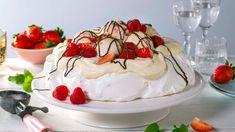 Pavlova med is og bær - Oppskrift fra TINE Kjøkken Dessert Names, Meringue Desserts, Anna Pavlova, Raspberry Sauce, Pudding, Is, Cake, Food, Deserts