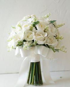"""@weddingbouquet.jp on Instagram: """". おはようございます。 人は完璧ではないと思ってますが ミスをすると、やっぱり落ち込みます 、 今まで色々とミスやぽかをして その度に、今後こんなことのないように 手順や方法を工夫してきましたが 未だに、その隙間のミスをしてしまう… 、 本当もう私は(*_*) 、…"""" Hand Bouquet Wedding, Small Wedding Bouquets, Bridesmaid Bouquet White, Wedding Flowers, Romantic Wedding Colors, Floral Wedding, Marie, Stock Wedding Bouquet, Rose Arrangements"""