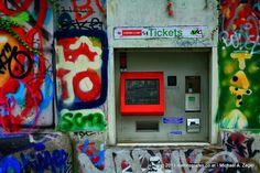 """Wiener Fotomarathon 2013 - Thema """"typisch Wien(erisch)"""". Was wäre Wien ohne die Wiener Linien und die öffentlichen Verkehrsmittel. Umso schöner, wenn sich Fahrscheinautomaten in Graffitkunst integrieren lassen. Marathon, Frame, Home Decor, Photos, Art, Nice Asses, Homemade Home Decor, Marathons, Interior Design"""