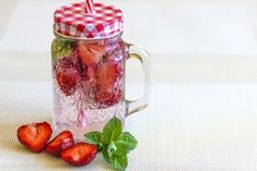 How to make detox smoothies. Do detox smoothies help lose weight? Learn which ingredients help you detox and lose weight without starving yourself. Infused Water Recipes, Fruit Infused Water, Healthy Detox, Healthy Drinks, Healthy Water, Bebidas Detox, Natural Detox Drinks, Smoothie Detox, Homemade Detox
