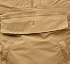 """Na prednej časti má bunda tzv. """"klokanie vrecko"""" so zapínaním na zips krytý chlopňou. Bunda UTA od výrobcu Pentagon v ponuke: http://www.armyoriginal.sk/1728/137281/bunda-uta-coyote-pentagon.html"""