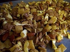 Sweet Apple Cinnamon Chex Mix - left out apple otherwise good. I seem to like all and any chex mixes :) Finger Food Appetizers, Appetizer Recipes, Dessert Recipes, Homemade Chex Mix, Chex Mix Recipes, Apple Chips, Salty Snacks, Cinnamon Apples, Sweet And Salty