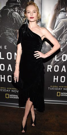 Kate Bosworth kept things regal in a luxe velvet dress. The one-shoulder design paired with those peep-toe booties equals perfection. Krysten Ritter, Star Fashion, Look Fashion, Fashion Outfits, Fashion Tips, Keri Russell, Kirsten Dunst, Keira Knightley, Kristen Stewart