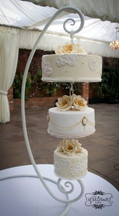 www.cakecoachonline.com...sharing....another hanging wedding cake, can't wrap my mind around the cutting process
