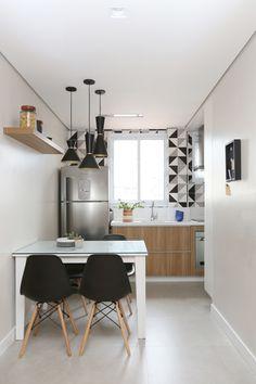 """Como o apartamento era antigo, da década de 1960, os profissionais precisaram fazer muitas alterações na infraestrutura. """"Cozinha, banheiro e área de serviço ganharam posições completamente diferentes, proporcionando uma planta de conceito aberto, muito mais atual"""", explica a arquiteta Ana Brito."""