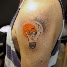 Tatuagem lâmpada - artista brasileira Lan Pravda;