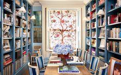 ΄Ενα πάνελ με το δέντρο της ζωής από τον Braquenie στην τραπεζαρία - βιβλιοθήκη της Caroline Sieber και του Fritz von Westenholz στο σπίτι τους στο Λονδίνο. Φωτογραφία: Oberto Gili, Vogue, Δεκέμβριος 2015.