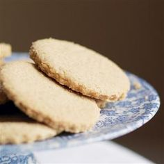 These are a healthy and delicious twist on a Scottish classic – a quick and easy oaty shortbread recipe that won't disappoint. Healthy Breakfast Snacks, Homemade Crackers, Shortbread Recipes, Yummy Food, Yummy Yummy, Biscuit Recipe, Yummy Cookies, Food Inspiration, Food Processor Recipes