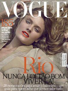 A edição de novembro da #Vogue ganhou capa extra, exclusiva para assinantes, também estrelada pela top #ConstanceJablonski.