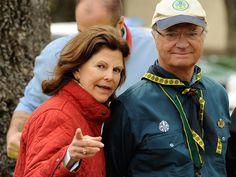 Eine zärtliche Geste sagte mehr als 1000 Worte. Als Königin Silvia von Schweden (68) am Montag ihren Mann  König Carl Gustaf  an seinem