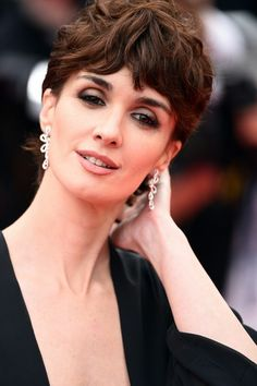 peinados para pelo corto mujer elegante pelo rizado castao pendientes de plata maquillaje
