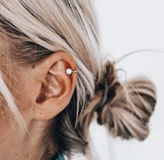 New piercing ear ring peircings ideas Innenohr Piercing, Cute Ear Piercings, Ear Piercings Helix, Helix Piercing Jewelry, Girl Piercings, Helix Ring, Double Cartilage Piercing, Tongue Piercings, Ear Jewelry