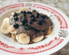 Живая овсянка: проростки овса, кусочки банана, голубика и бананово-яблочно-шпинатно-ягодный смузи (вкусно и без него - просто овес, бананы и ягоды, но мне нравится все вместе).