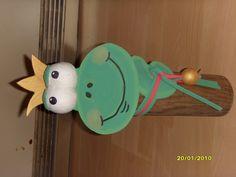 Frosch aus Baumstamm