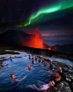 Increible bañarte en una piscina de agua a 40° por el volcán que está haciendo erupción y al mismo tiempo admirar una aurora boreal.