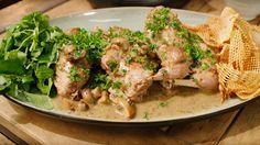 Een overheerlijke konijnenbouten met champignonroom en pommes gaufrettes, die maak je met dit recept. Smakelijk!