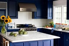 Popular kitchen colors with dark cabinets best kitchen colors kitchen colors popular kitchen paint colors best Kitchen Color Themes, Kitchen Cabinet Color Schemes, Popular Kitchen Colors, Best Kitchen Colors, Modern Kitchen Paint, Blue Kitchen Paint, Kitchen Decor, Turquoise Kitchen, Room Kitchen
