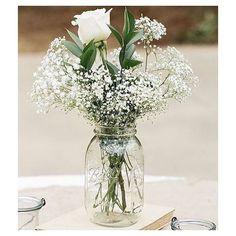 Amo flores brancas e a delicadeza destes arranjos #DIY sugestão do @detalhesqueinspiram ❤ Muito amor! #sendonoivaSN #wedding #casamento #inspo #flores #facavocemesmo #decoração #casededia