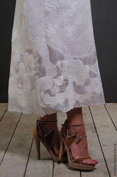 Купить или заказать Валяное платье сарафан 'Нежность' в интернет-магазине на Ярмарке Мастеров. Летний войлок.Валяное платье-сарафан на нежнейшем маргеланском шелке с тончайшим слоем итальянской шерсти -тонкое,пластичное,легкое,нежное...В нем вам не будет жарко летним вечером... Бретели можно отрегулировать под рост,под грудью завязывается кулиска,пп подолу разбросаны кружевные аппликации,Цветок-брошь - в подарок.…